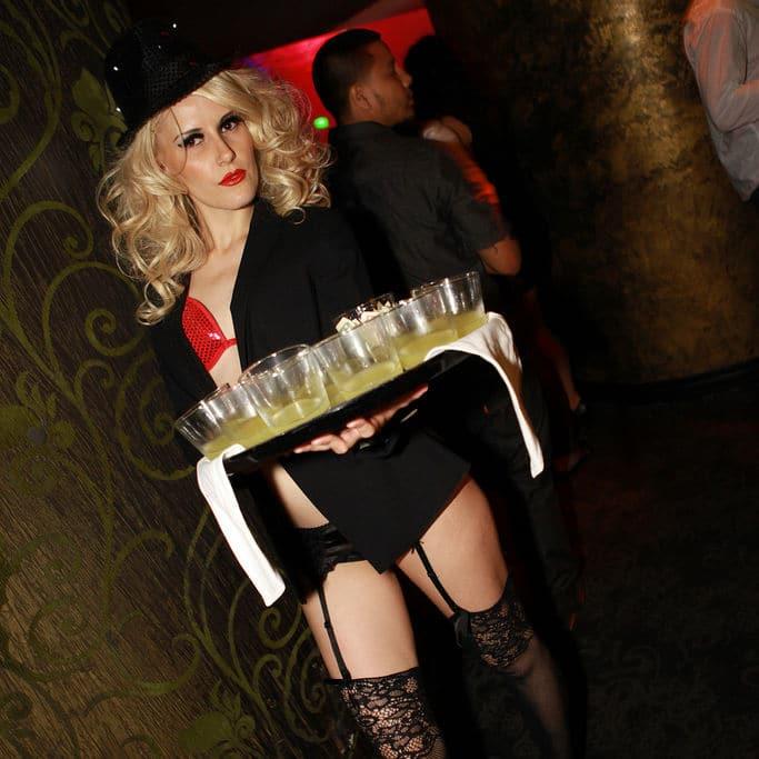 sexy drinks in der frivolen bar moechtegern